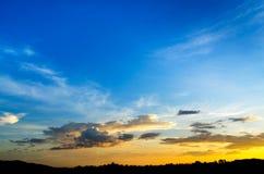 Landschaft des schönen Himmels und des blauen Himmel- und Gelbenhimmels mit clou Stockfoto