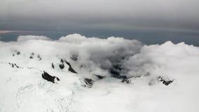 Landschaft des Schneeberges und der weißen Wolkenansicht vom Hubschrauber in Neuseeland stock video footage