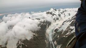 Landschaft des Schneeberges und der weißen Wolkenansicht vom Hubschrauber in Neuseeland stock video