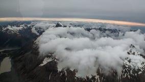 Landschaft des Schneeberges und der weißen Wolkenansicht vom Hubschrauber in Neuseeland stock footage