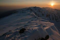 Landschaft des Sonnenaufgangs über Bergen Stockbild