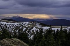 Landschaft des Sonnenaufgangs über Bergen Stockbilder
