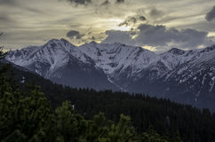 Landschaft des Sonnenaufgangs über Bergen Stockfoto
