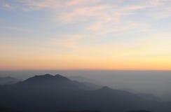 Landschaft des Sonnenaufgangs über Bergen Stockfotografie