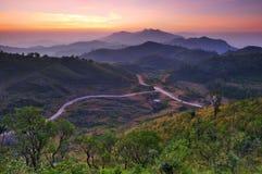 Landschaft des Sonnenaufgangs über Bergen in Kanchanabur Lizenzfreies Stockbild