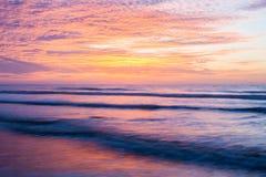 Landschaft des Sonnenaufgangs mit ihm reflektierend im Ozean auf Foll stockbilder