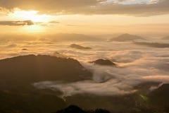 Landschaft des Sonnenscheins auf dem Morgennebel bei Phu Chee Fah Stockbild