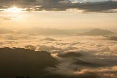 Landschaft des Sonnenscheins auf dem Morgennebel bei Phu Chee Fah Lizenzfreie Stockfotos