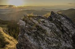 Landschaft des Sonnenuntergangs über Bergen Lizenzfreie Stockfotografie