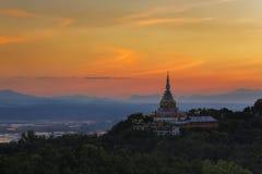 Landschaft des Sonnenuntergangs über Pagode in Chiang Mai Lizenzfreies Stockbild