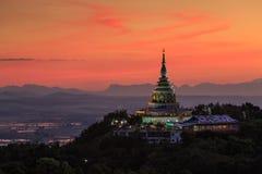 Landschaft des Sonnenuntergangs über Pagode in Chiang Mai Lizenzfreie Stockbilder