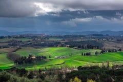 Landschaft des stürmischen Wetters mit schönem Licht Stockbilder