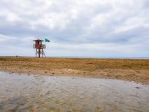 Landschaft des Strandes und des Meeres mit Leibw?chterposten und gr?nes vandera, das Bad erlaubend Kanarische Inseln, Spanien stockfotografie