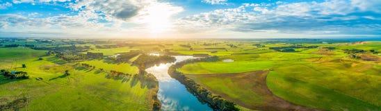 Landschaft des szenischen Sonnenuntergangs über Fluss und Wiesen lizenzfreies stockbild