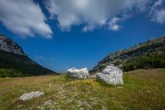 Landschaft des Tales zwischen zwei Hochgebirge am sonnigen Tag lizenzfreie stockfotografie