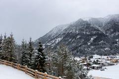 Landschaft des verschneiten Winters in den österreichischen Alpen Lizenzfreie Stockbilder