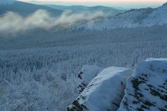 Landschaft des verschneiten Winters in den Bergen Lizenzfreie Stockbilder