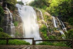 Landschaft des wachirathan Wasserfalls Lizenzfreies Stockfoto
