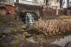 Landschaft des Wasserfalls fließend unter alte Brücke Lizenzfreies Stockfoto