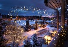 Landschaft des Weihnachtsstraßen-verschneiten Winters stockfoto