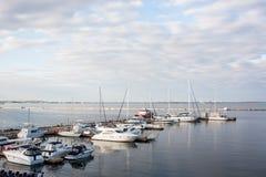 Landschaft des Yachtclubs im guten Wetter Stockfoto