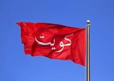 Landschaft, die alte rote Fahne von Kuwait auf einem tiefen Tagesblau S wellenartig bewegt Lizenzfreie Stockbilder