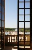 Landschaft durch das große Fenster Lizenzfreie Stockfotos