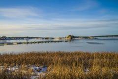 Landschaft durch das Meer im Winter Stockfotos