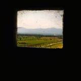 Landschaft durch den Bauernhof des Fensters stockbilder