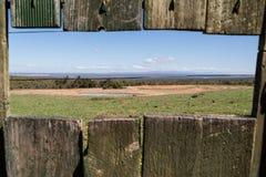 Landschaft durch einen Zaun lizenzfreie stockfotos