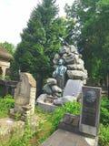 landschaft Eine alte Krypta von einem Stapel von Steinen Eine Statue eines Mannes in den Steinen wird dargestellt Von der Spitze  Stockfoto