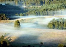 Landschaft in einem Nebel Stockbilder