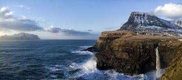 Landschaft einer felsigen kleinen Insel fing vom Meer an einem sonnigen Tag ab Lizenzfreie Stockfotos