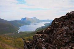 Landschaft einer felsigen kleinen Insel fing vom Meer an einem sonnigen Tag ab Lizenzfreies Stockbild