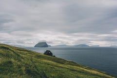 Landschaft einer felsigen kleinen Insel fing vom Meer an einem sonnigen Tag ab Lizenzfreies Stockfoto