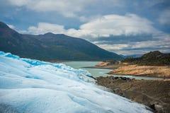 Landschaft einer schneebedeckten Steigung und der Berge mit einer Bucht Shevelev Lizenzfreie Stockfotos