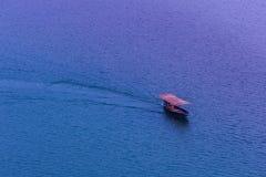 Landschaft eines Bootes, das auf einen blauen Fluss am Abend in Thaila fährt Stockfotos