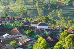 Landschaft eines Dorfs mit Dachspitzen des Dorfbewohner ` steuert automatisch an stockfotos