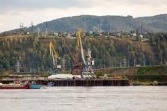 Landschaft eines enormen Industriebaus stockfoto