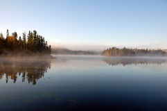 Landschaft eines Herbstes mit Nebel Lizenzfreies Stockfoto