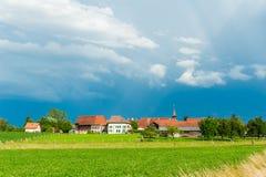Landschaft eines schönen alten Dorfs Stockfotos