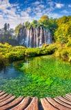 Landschaft eines schönen Felsens mit einem Wasserfall unter dem blauen Himmel Lizenzfreies Stockbild