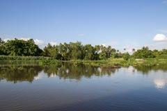 Landschaft entlang riverMaenam Tha Chin, Nakhon Pathom, Thailand Tha Chin Lizenzfreies Stockbild