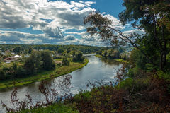 Landschaft, Fluss, Dorf, Hügel Stockbilder