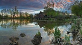 Landschaft - Fluss mit watermill Lizenzfreies Stockbild