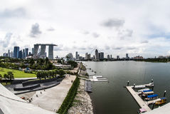 Landschaft geschossen von Marina Bay And Eye von Singapur vom Jachthafen-Damm Lizenzfreie Stockfotos