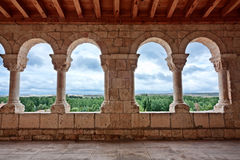 Landschaft gesehen durch Romanesquekirche archs Stockbilder