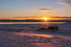 Landschaft gestaltete, Sonnenaufgang am Ackerland im Winter landschaftlich Stockbild