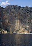 Landschaft - großer Felsen und kleines Boot Lizenzfreie Stockfotos