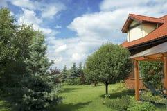 Landschaft. Haus und Garten Stockfoto